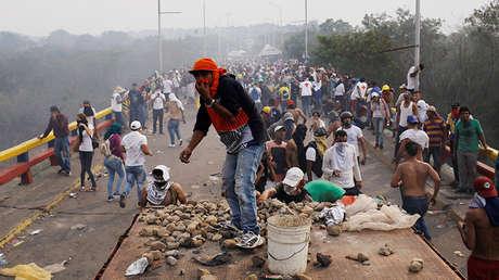 Grupos de encapuchados lanzaban piedras a cuerpos venezolanos de seguridad. 23 de febrero de 2019.