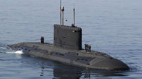 Un submarino iraní en los simulacros Velayat-90 en el estrecho de Omán, al sur de Irán, el 3 de enero de 2012.