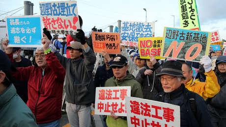 Manifestación cerca de la puerta de la base militar de EE.UU. en Nago, Okinawa, Japón, 14 de diciembre de 2018