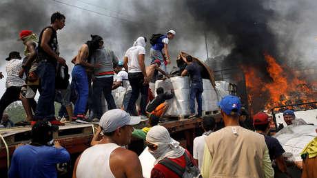 Partidarios de la oposición venezolana sacan cajas con presunta ayuda humanitaria de EE.UU., Cúcuta, Colombia, 23 de febrero de 2019.