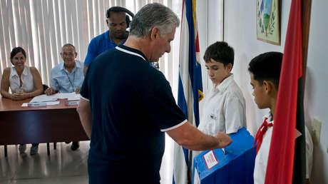 El presidente de Cuba, Miguel Díaz-Canel, vota en el referéndum constitucional, La Habana, 24 de febrero de 2019