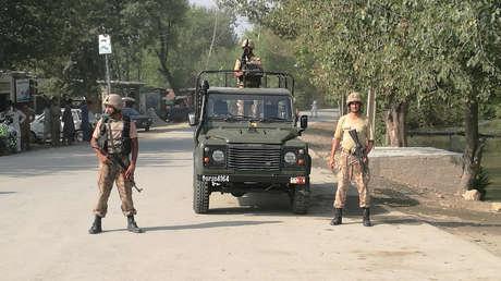 Soldados montan guardia después de que terroristas atacaran un vecindario cristiano cerca de Peshawar, Pakistán. 2 de septiembre de 2016.