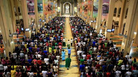 Fieles católicos de Filipinas asisten a una misa en la ciudad de Paraneque, el 18 de septiembre de 2016.