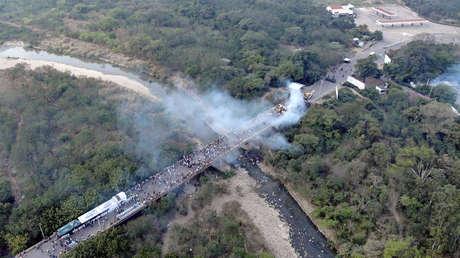Imagen que muestra a camiones en llamas sobre el puente Santander, 23 de febrero de 2019.