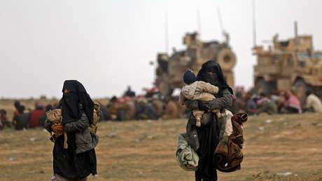 Civiles escapan de un bastión del Estado Islámico en la gobernación siria de Deir Ez Zor, el 13 de febrero de 2019
