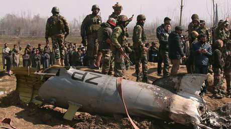 Soldados indios cerca de los restos de un helicóptero de la Fuerza Aérea India, Cachemira, el 27 de febrero de 2019