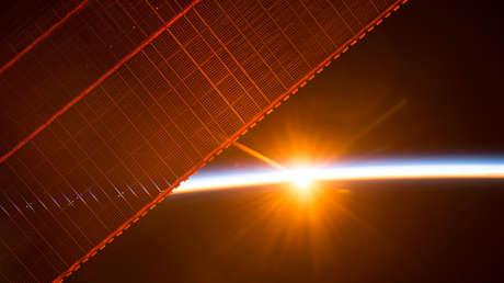 Un panel solar de la Estación Espacial Internacional fotografiada desde el interior de la misma nave orbital el 26 de julio de 2017