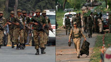 Los militares pakistaníes (a la izquiera) y los soldados indios.