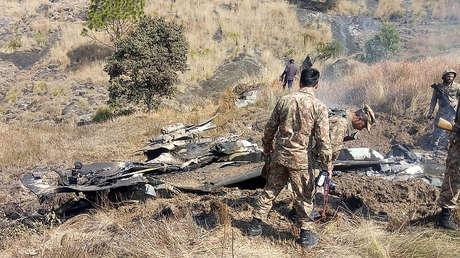 Soldados pakistaníes observan los restos del avión indio derribado, Somaní, Cachemira, 27 de febrero de 2019.