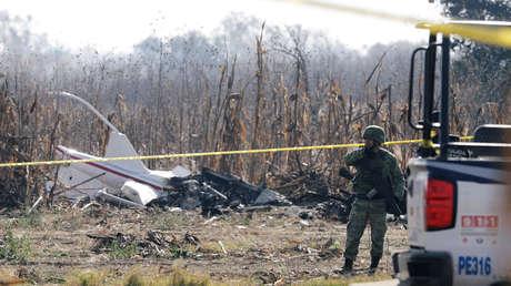 Un soldado resguarda el lugar donde se estrelló el helicóptero en el que viajaban la gobernadora de Puebla, Martha Érika Alonso, y su esposo, el senador Rafael Moreno Valle.