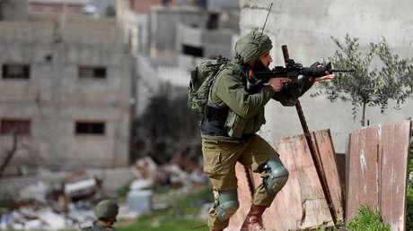 Soldado israelí durante enfrentamientos con palestinos en una protesta contra asentamientos judíos en la aldea de Oref (Cisjordania), el 15 de febrero de 2019.