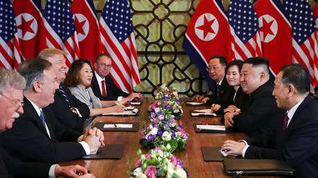 El líder de Corea del Norte, Kim Jong Un, y el presidente de los Estados Unidos, Donald Trump, en Hanói, Vietnam. 28 de febrero de 2018.