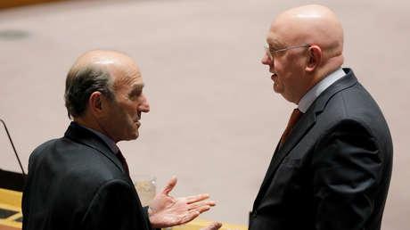 Elliott Abrams saluda a Vasili Nebenzia en una reunión del Consejo de Seguridad de la ONU, 28 de febrero de 2019.