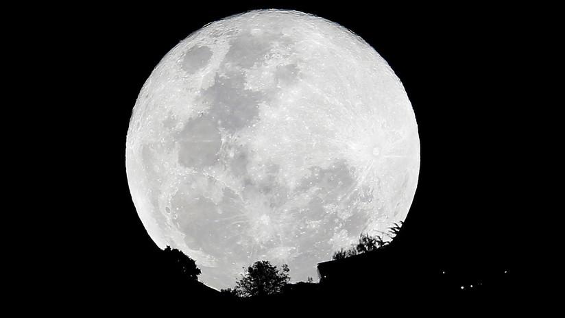 FOTO: Crean un inverosímil 'mapa lunar' a color combinando 150.000 fotos de la superluna de nieve