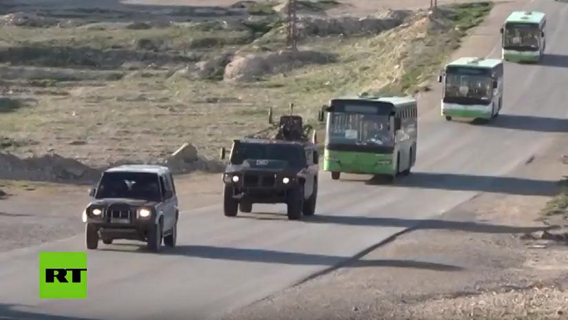VIDEO: Militares rusos garantizan la seguridad de la columna de refugiados sirios del campamento de Rukban