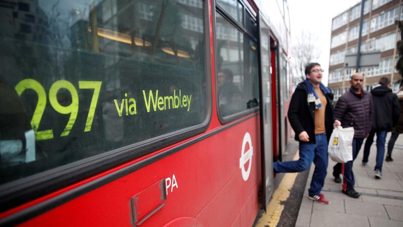 Un limpiador encuentra 400.000 dólares en un bus en Londres y los entrega a la Policía