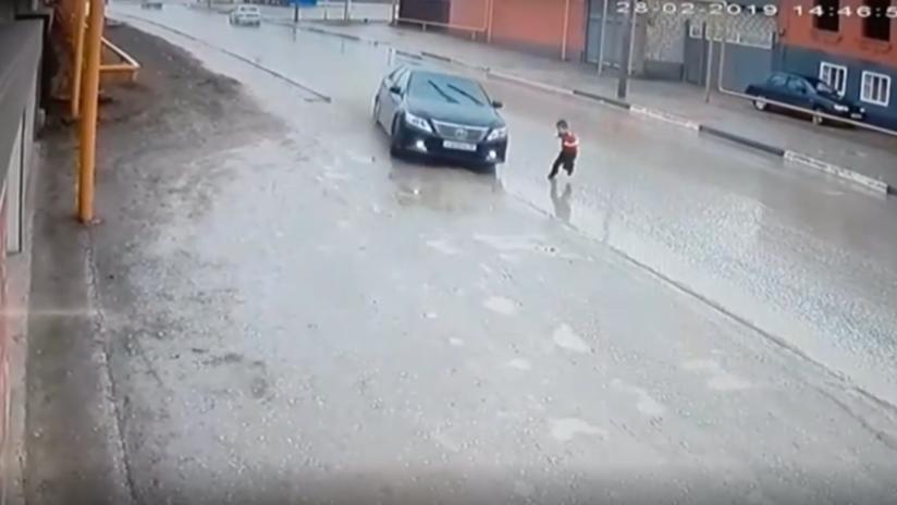 VIDEO: Un niño se salva de ser atropellado tras el volantazo de un conductor en el último segundo