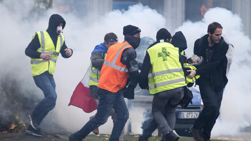 VIDEO: Un hombre resulta herido en la cara durante las protestas de los 'chalecos amarillos' en París