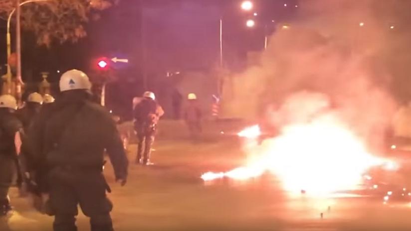 VIDEO: Enmascarados lanzan cócteles molotov a la Policía cerca del consulado turco en Grecia