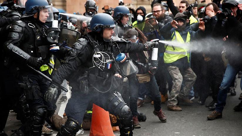 VIDEO: Policía francés rocía con gas pimienta a un activista de los 'chalecos amarillos' en silla de ruedas