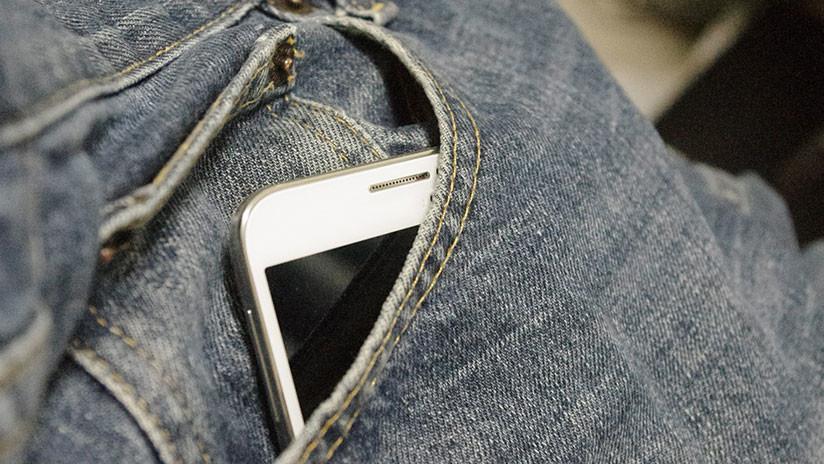 VIDEO: Le explota el teléfono móvil en el bolsillo del pantalón