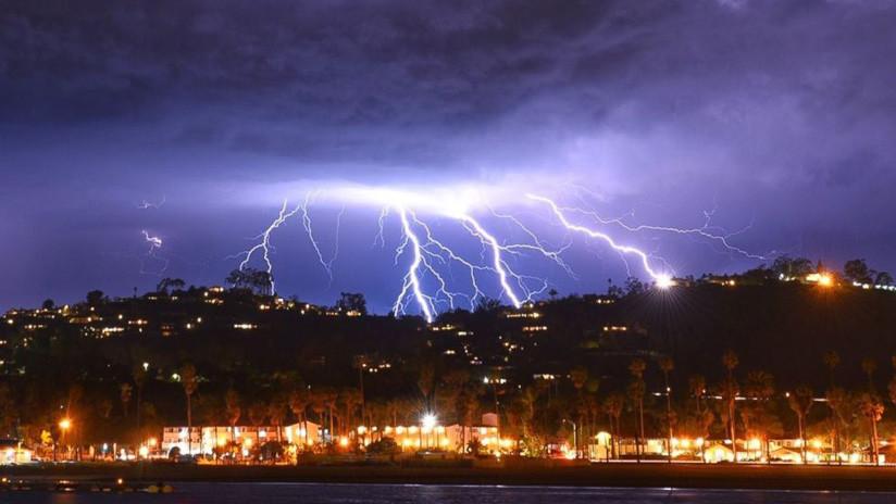 VIDEOS, FOTOS: Una espectacular tormenta con más de 2.000 rayos causa estragos en el sur de EE.UU.