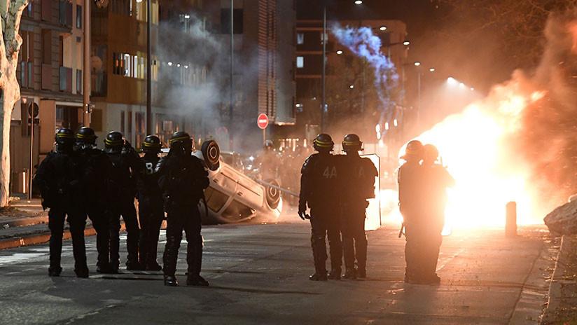 Coches en llamas: Una ciudad francesa afronta la cuarta noche de protestas contra la violencia policial (VIDEO)