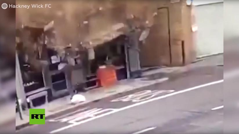 VIDEO: Un techo de ladrillo se desploma sobre una vereda en Londres y por poco aplasta a un transeúnte