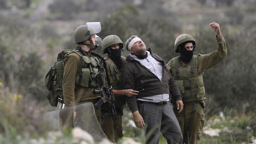 """VIDEO: Soldados israelíes celebran una """"fiesta"""" golpeando a dos palestinos detenidos padre e hijo"""