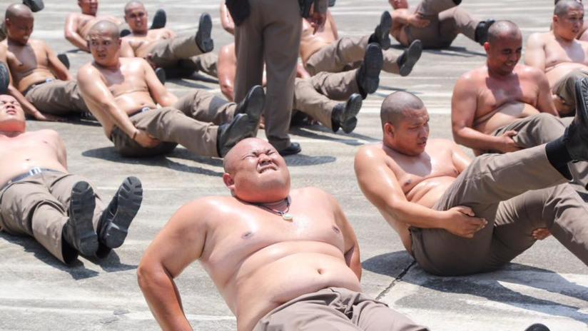 """FOTOS: Tailandia enviará a sus policías con sobrepeso a un campamento para """"destruir barrigas"""""""