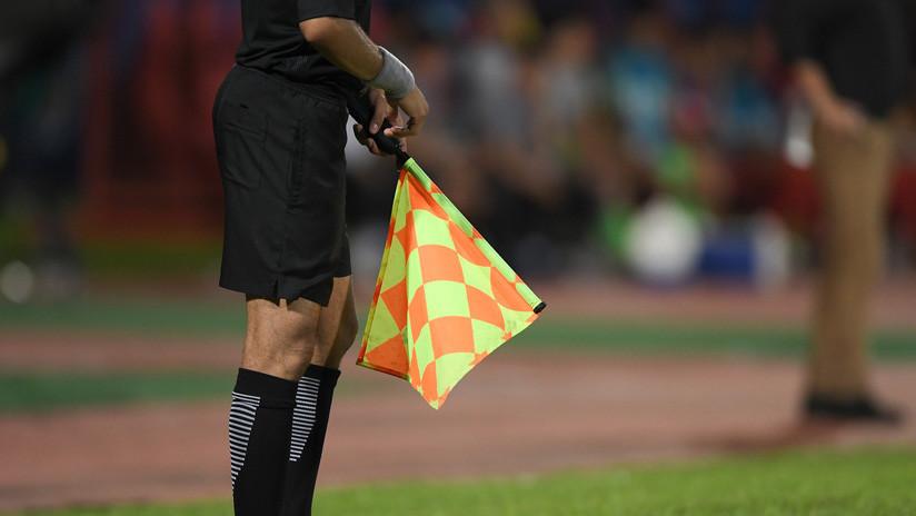 VIDEO: Un poste con reflectores cae sobre el árbitro durante un partido de fútbol