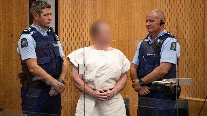 FOTO: Acusado del tiroteo en Nueva Zelanda comparece sonriente ante la corte y hace un gesto supremacista