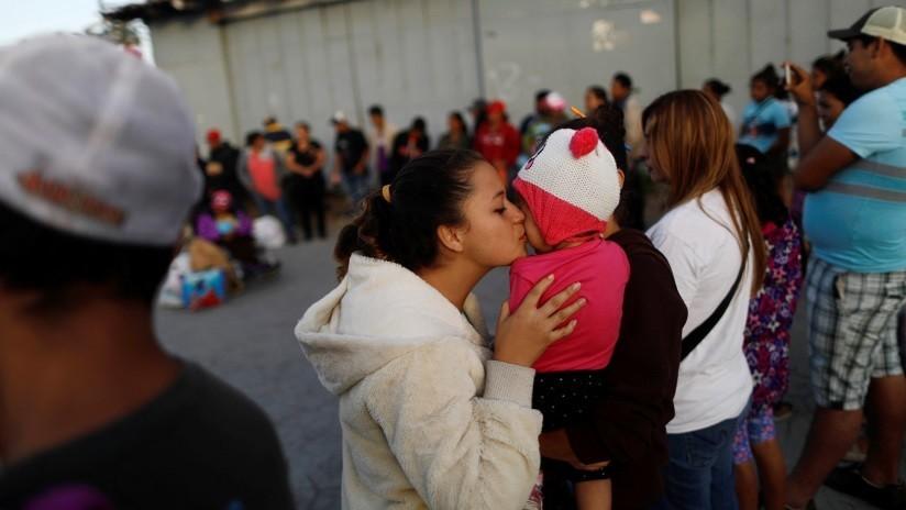 VIDEOS: Inmigrantes irregulares cruzan en masa la frontera con EE.UU. con niños en brazos
