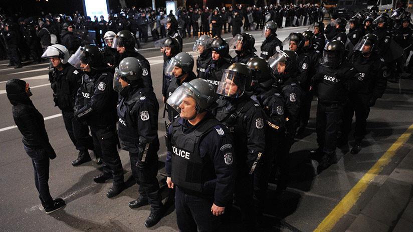 VIDEO: Policía búlgaro utiliza gas pimienta en una protesta pero se equivoca y rocía a sus propios compañeros