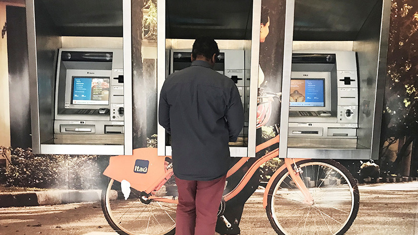 VIDEO: Un ladrón intenta huir de la escena del crimen en autobús y con un cajero automático a cuestas