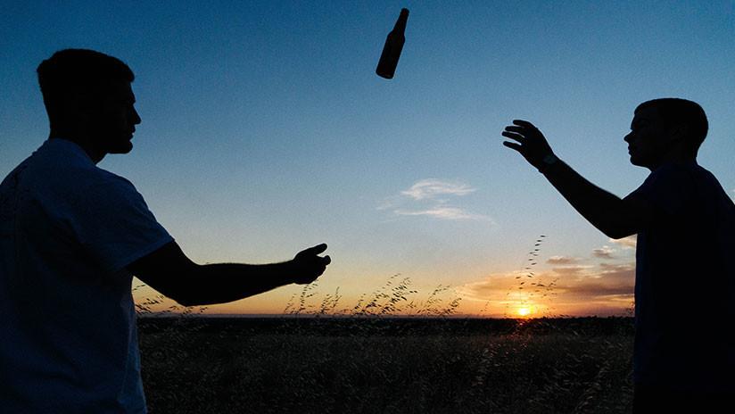 """FOTOS: Dos hombres agotados encuentran una nevera """"enviada del cielo"""" llena de cervezas en medio de la nada"""