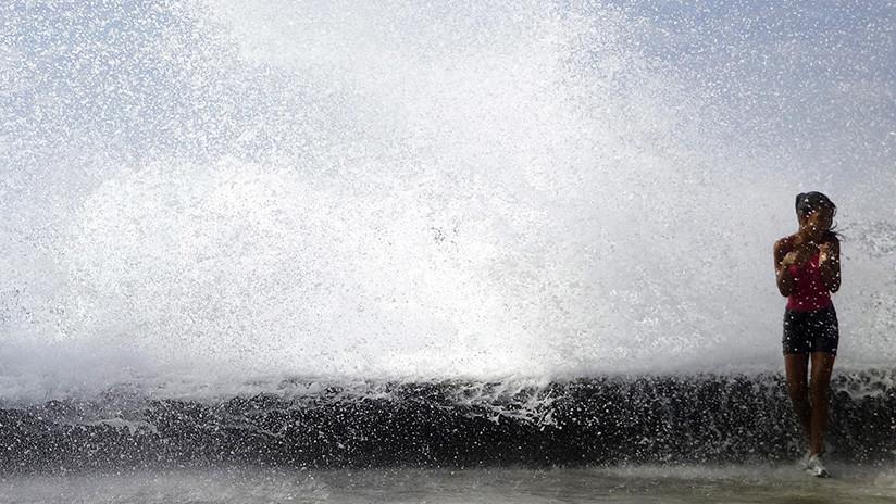 VIDEO: Una enorme ola arrastra a una turista que posaba para 'la foto perfecta' ante un acantilado