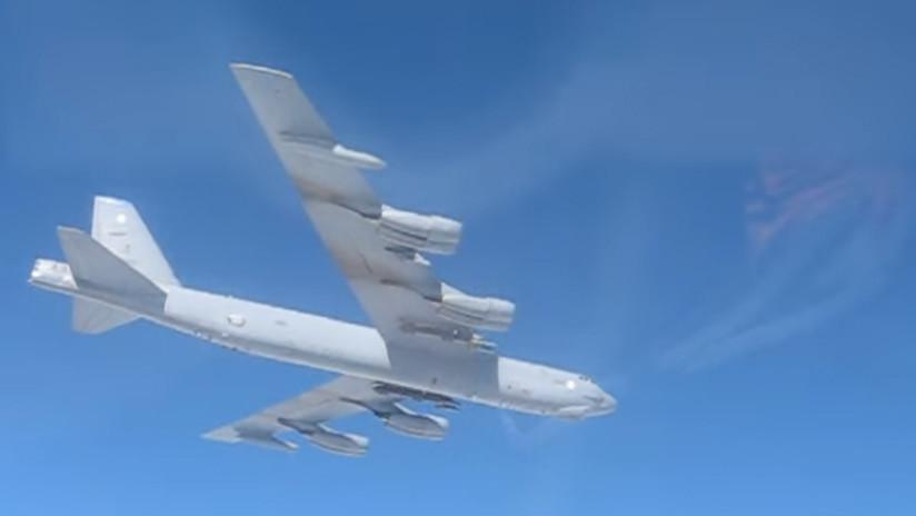 VIDEO, FOTO: Cazas rusos hacen cambiar de rumbo a un bombardero de EE.UU. en el Báltico