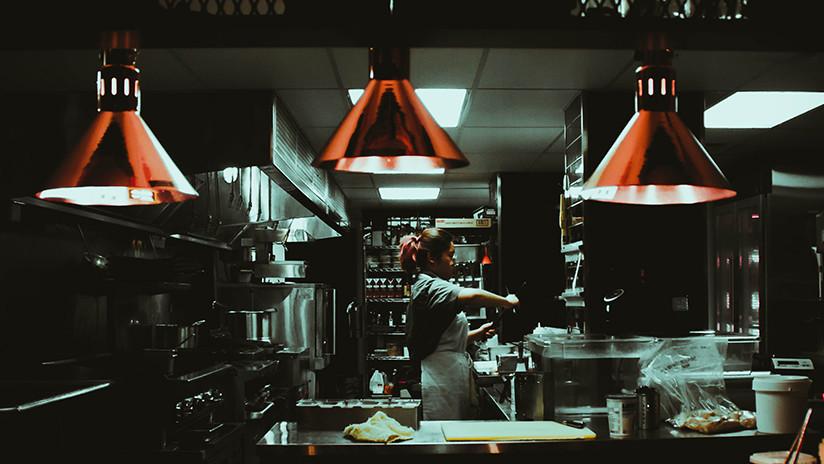 VIDEOS: Una trabajadora embadurna la cocina de un restaurante con 20 litros de salsa