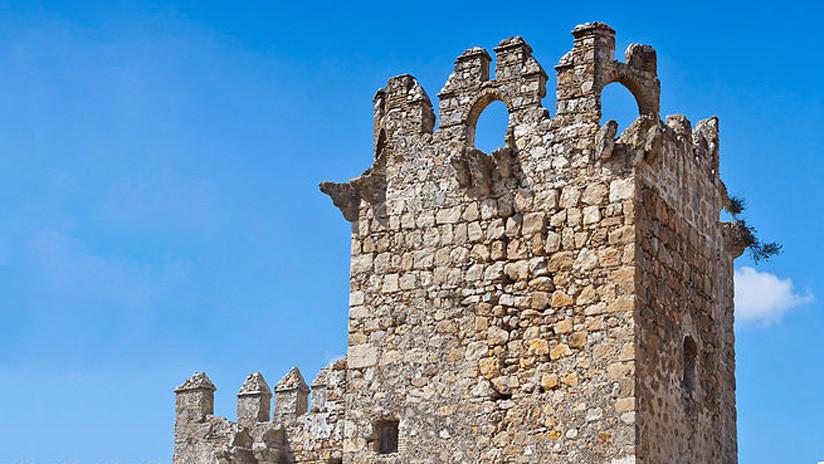 Restauran con una chapa metálica un castillo español con 700 años de historia