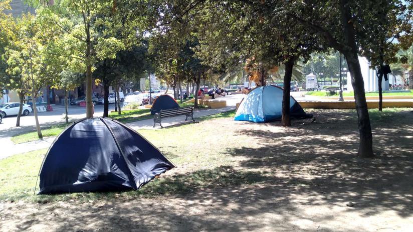 La otra realidad de Santiago de Chile: Así es la difícil vida de los sintecho que acampan en los parques (VIDEO)