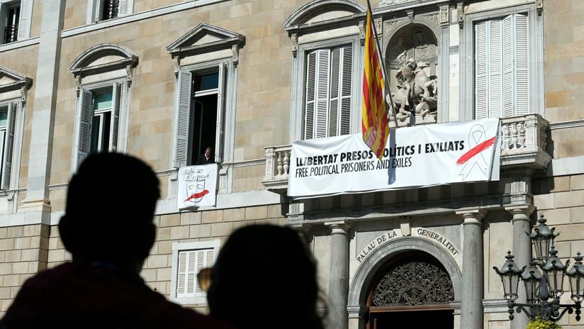 Denuncian al presidente catalán ante la Fiscalía por desobediencia tras su triquiñuela con los símbolos independentistas