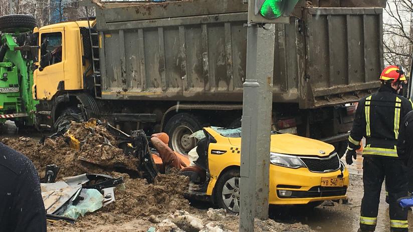 Un camión lleno de arena aplasta a un taxi en Moscú y deja dos víctimas mortales (VIDEOS)