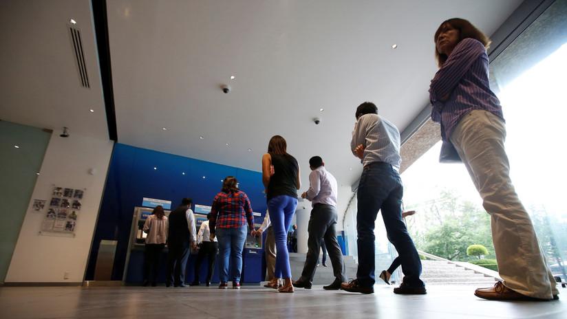 AMLO pide a bancos bajar comisiones y promete reconocimientos