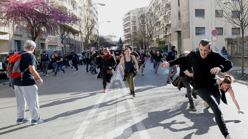 VIDEO: Mujeres semidesnudas protestan contra el uso de armas no letales por la Policía francesa