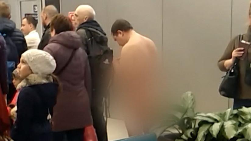 VIDEO: La Policía de un aeropuerto ruso detiene a un hombre desnudo que intentaba embarcar en un avión