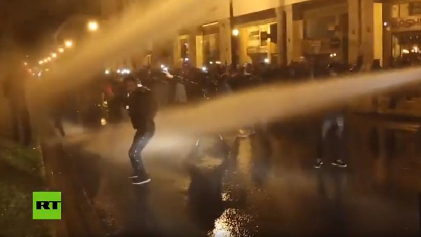 VIDEO: La Policía dispersa con cañones de agua una protesta de profesores en Marruecos