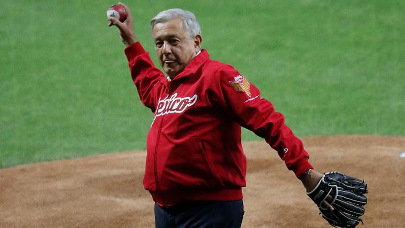 """México: López Obrador recibe abucheos """"de la porra fifí"""" en la inauguración de un estadio de béisbol"""