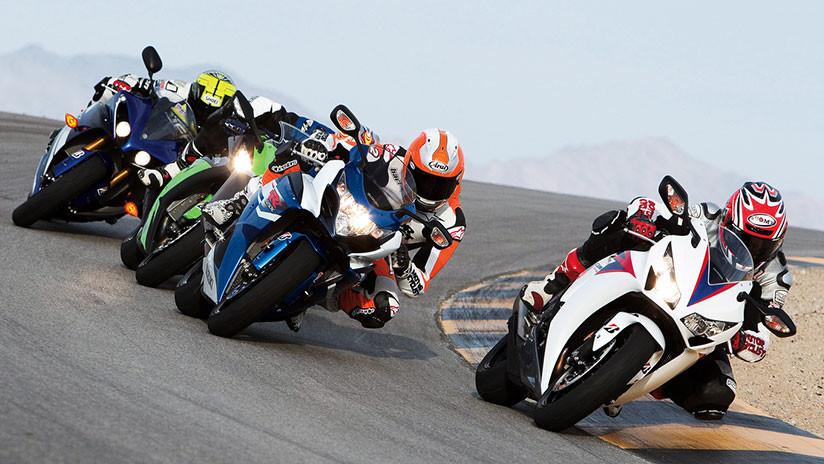 'Boxeo' sobre ruedas: Dos pilotos se pelean en plena carrera de motos tras un accidente surrealista (VIDEO)
