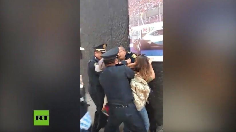 VIDEO: Policía de Ciudad de México detiene a activistas y a un migrante centroamericano a las afueras de un albergue